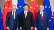 Chinas Staatspräsident Xi Jinping mit den EU-Ratspräsident Donald Tusk (links) und EU-Kommissionspräsident Jean Claude Juncker (rechts) im Juli in Peking.