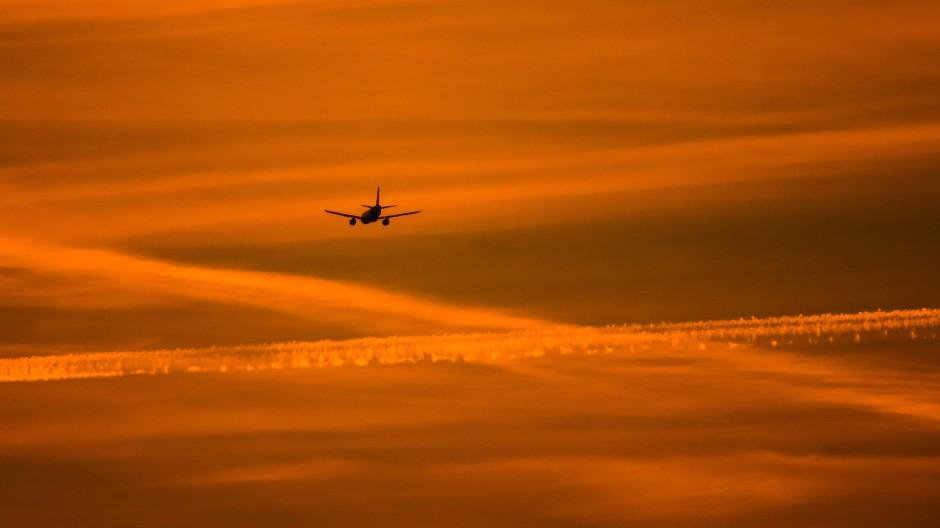 Ein Flugzeug im Anflug auf Frankfurt (Archivbild)