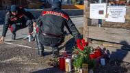 Kerzen und Blumen erinnern an der Unglücksstelle in Luttach an die sechs getöteten jungen Deutschen.