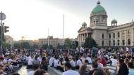 Nach zwei Nächten der Gewalt haben Demonstranten gegen die Corona-Restriktionen von Präsident Vucic eine friedliche Sitzdemonstration vor dem nationalen Parlament in Belgrad abgehalten.