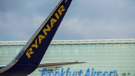 Ein Winglet der Billig-Airline Ryanaair vor dem Flughafen in Frankfurt am Main.