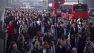 30. April 2014. Wer sich in diesen Tagen in London auf den Weg zur Arbeit macht, benötigt starke Nerven und gutes Schuhwerk. Die Angestellten der U-Bahn streiken abermals.