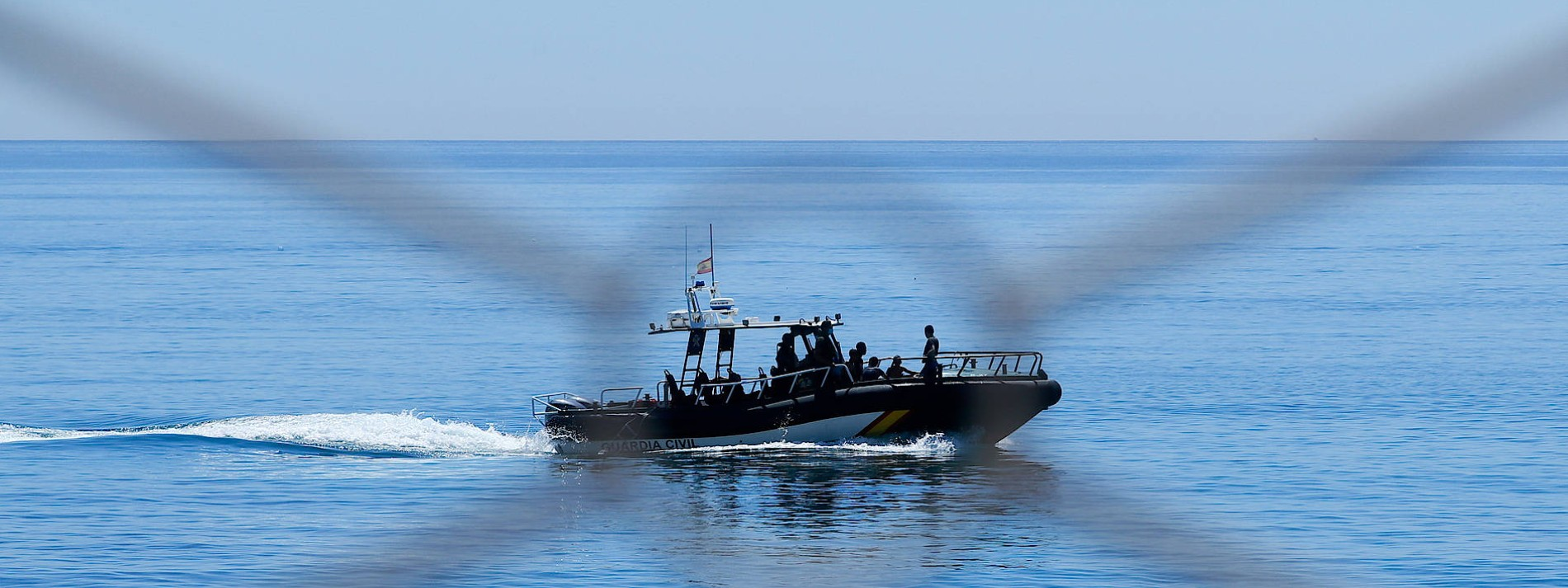 Fähre überfährt Schlauchboot vor der Küste Ibizas