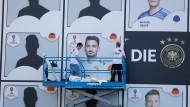 Stets noch hatte Fußball dann letztlich doch nichts mit Politik zu tun: Plakate der Spieler im Deutschen Fußballmuseum in Dortmund