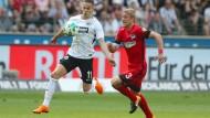 """Angriff ist die beste Verteidigung: """"Wir wollen perfekt sein"""", sagt Mijat Gacinovic, """"dann kannst du in München gewinnen."""" Hier im Duell gegen Per Ciljan Skjelbred von Hertha BSC Berlin."""
