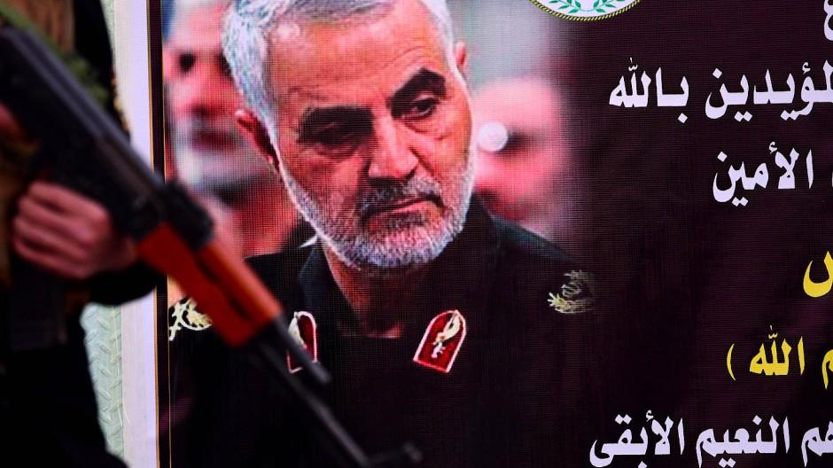 Ein Plakat, das Qassem Soleimani zeigt, vor einer Militärbasis in Bagdad, am 7. Januar 2020.