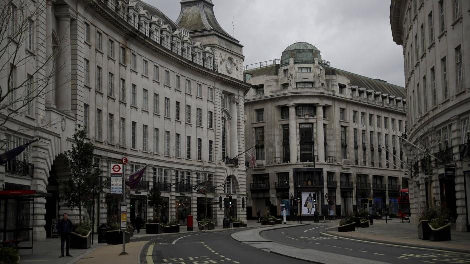 Verlassen liegt die Regent Steet im Zentrum Londons da: Seit Samstagabend sucht die Londoner Polizei intensiv nach einem irrtümlich freigelassenen Straftäter.