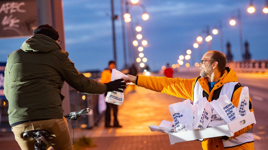 Mobiles Dankeschön: Der Allgemeine Deutsche Fahrrad-Club (ADFC) verteilte im Januar auf der gesperrten Theodor-Heuss-Brücke Kreppel an Radfahrer.