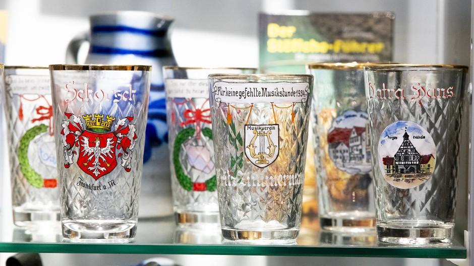 Verziert mit Sprüchen und Wappen: Mehr als 1100 gerippte Apfelweingläser haben Helmut und Petra Krause zusammengetragen.