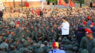 Präsident Maduro am Dienstag im Kreis von Soldaten in Caracas.