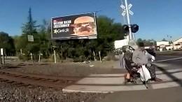 Rollstuhlfahrer hängt in Gleisen fest