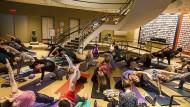 Mehr Platz für die Betrachter? Yoga-Stunde im Rubin Museum of Art in New York