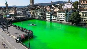 Limmat in Zürich giftgrün gefärbt