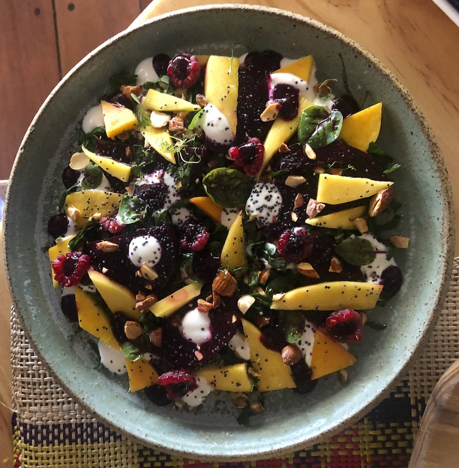 Salat mit Mango, Roter Beete und Ziegenkäse im Restaurant Somos