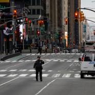 Ein New Yorker Polizeibeamter auf dem verlassenen Times Square.
