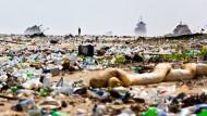 Gestern noch 18 Millionen, heute bereits 20 Millionen Einwohner und somit die größte Stadt Afrikas: Die Dimensionen von Lagos City in Nigeria kann man sich kaum ausmalen – dass man vor dieser Stadt verdammt gut surfen kann noch weniger. So verwundert es auch nicht, dass der Stadtstrand nicht nur ein Müll-, sondern ein Supertanker-Problem hat.