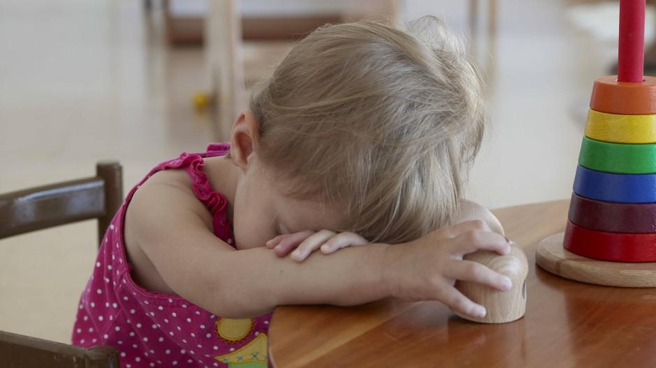 Wenn Kinder in Kitas angeschrien werden, schafft das unsichtbare Wunden und beeinflusst die Entwicklung bis ins Erwachsenenalter.