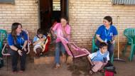 Kindheit in bescheidenen Verhältnissen: die Zwillinge Adalberto und Alberto mit ihrer Mutter Gracie Linda Aveiro (Mitte) sowie Luci Caballero und Paola Salgado (links) von der Fundación Visión
