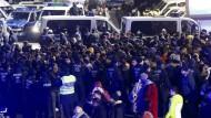 Die Polizei hat zahlreiche südländisch aussehende junge Männer eingekreist.