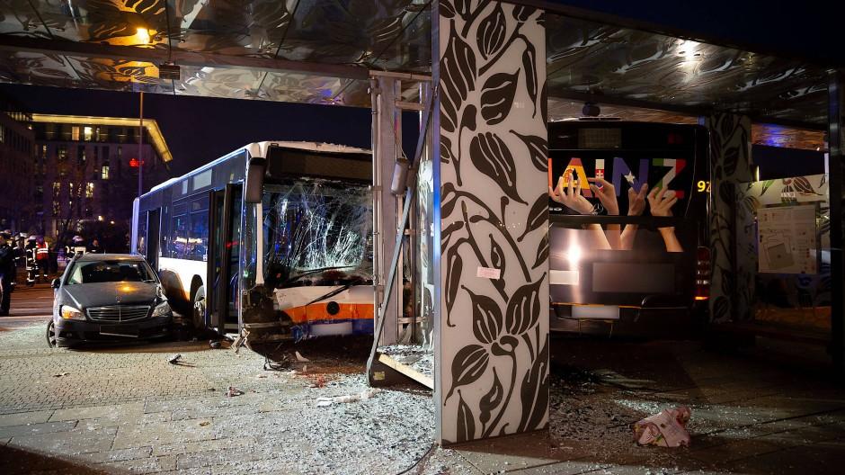 An dem schweren Unfall in Wiesbaden waren zwei Linienbusse und vier Autos beteiligt