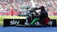 Ein Kameramann von Sky beim Spiel Hertha BSC gegen FC Bayern München im April 2016 im Berliner Olympiastadion