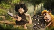 """In """"Early Man"""" tritt ein Stamm Höhlenmenschen aus einem abgelegenen Tal mit einer prähistorischen Supermannschaft beim Fußball gegen das Böse an."""