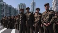 Soldaten der Nordkoreanischen Volksarmee betrachten am Donnerstag in Pjöngjang einen neu eingeweihten Wohnkomplex.