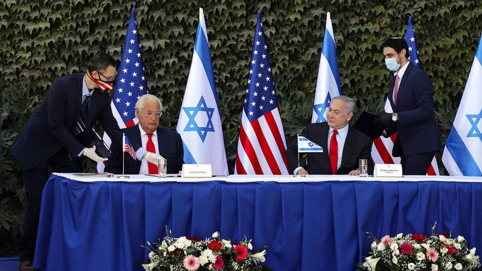 Der amerikanische Botschafter David Friedman und der israelische Ministerpräsident Benjamin Netanjahu unterzeichnen ein Abkommen im Westjordanland.