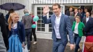 Wahlkampftour: Österreichs einstiger Bundeskanzler Sebastian Kurz kommt aus dem Festzelt in Ried.