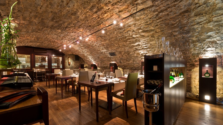Im stimmungsvollen Gewölbekeller gibt es ein Menü, dessen Gerichte man auch einzeln bestellen kann.