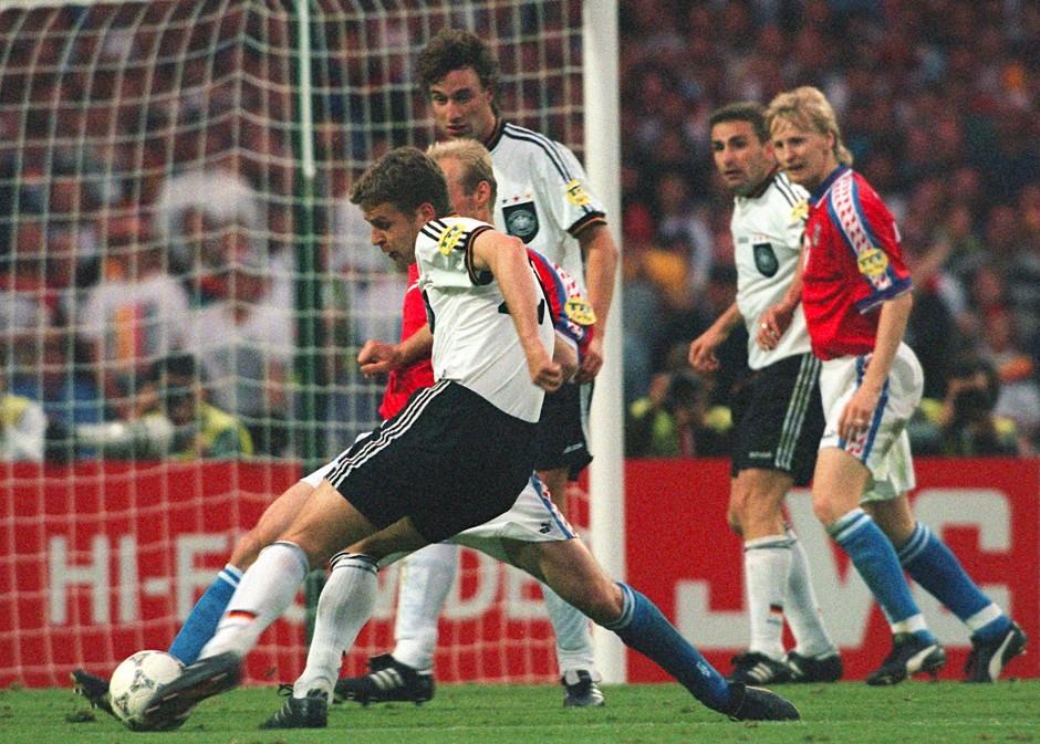 Das Goldene Tor: Oliver Bierhoff zieht 1996 im Wembleystadion ab.