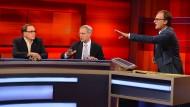 Frank Plasberg (rechts) diskutiert mit seinen Gästen über Erfolge von Populisten.