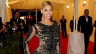 """Beyoncé Knowles 2012 in einem Givenchy-Kleid:  """"Ich mag Kleider, die fast schon auf den Körper gemalt sind"""", sagte Designer Riccardo Tisci 2012 in einem Interview mit der Vogue. Nach zwölf Jahren verlässt er jetzt das Modehaus."""