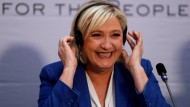 """Marine Le Pen ließ aus Wut über ein Interview im Sender """"France 2"""" Fake-Videos produzieren, in denen vermeintliche Mitarbeiter des Senders auftraten."""