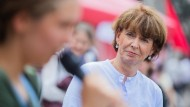 """Die parteilose Kölner Oberbürgermeisterin Henriette Reker im Juli bei einer Abschlusskundgebung von """"Fridays for Future"""" auf dem Alten Markt"""