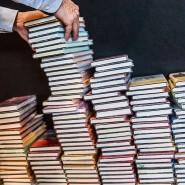 Ein Bücherstapel auf der Frankfurter Buchmesse: Während die Pandemie andauert, verlagert sich das Buchgewerbe ins Netz.