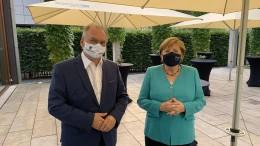 Kanzlerin erstmals offiziell mit Maske