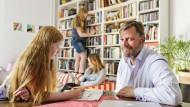 Hat die Notbremse gezogen: Christof Fischoeder mit seinen Töchtern Emmi, Freda und Lilli im heimischen Wohnzimmer.