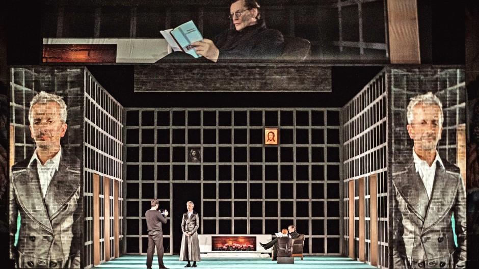 Der Regisseur Konstantin Bogomolow (im schwarzen Ledermantel) verkörperte in seiner Dostojewski-Produktion die Rolle des intellektuellen Verführers Nikolai Stawrogin zunächst selbst.