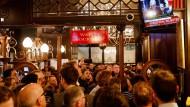 """""""Brexit-Deal abgelehnt"""": In einem Pub im Londoner Regierungsviertel verfolgen Besuche die Abstimmung im Unterhaus am Dienstag."""