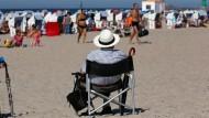 Das Alter möglichst sorgenfrei genießen: Rentner in Warnemünde.