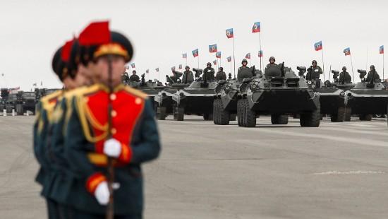 Militärparade in Luhansk und Proteste in Kiew