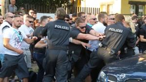 Rechtsextreme greifen Zeltstadt für Flüchtlinge an