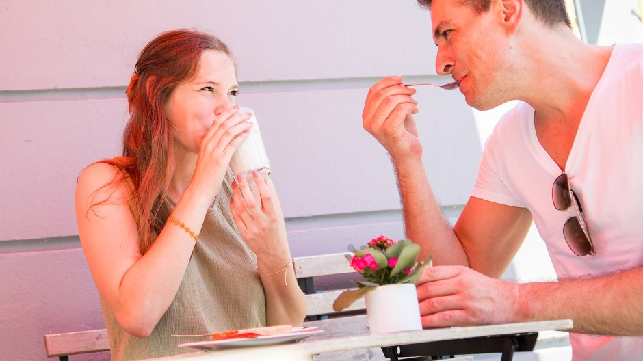 Bevor das Date überhaupt zustande kommt, schreiben viele Menschen in Dating-Apps erst mal hin und her.