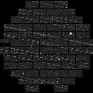 Sternenhimmel mit Satelliten – Aufnahme der Dark Energy Camera, die aus 62 CCD-Sensoren (rechteckige Felder) besteht.