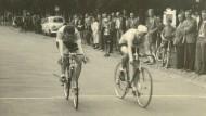 Foto-Finish: Der Radfahrer Conrad Prieur (links) und ein unbekannter Konkurrent bei der Zieleinfahrt im Jahr 1956.