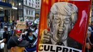 Für und gegen Donald Trump gehen die Menschen am Dienstag vor dem Trump-Tower in New York auf die Straße.