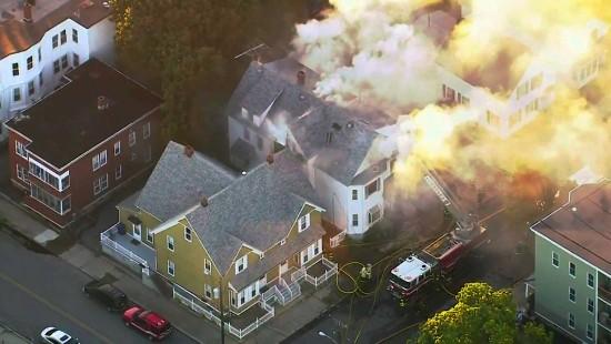 Häuser nach Gasexplosionen in Flammen