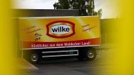 Ein Firmen-Lkw-Anhänger steht auf dem Werksgelände des nordhessischen Wurstherstellers Wilke.