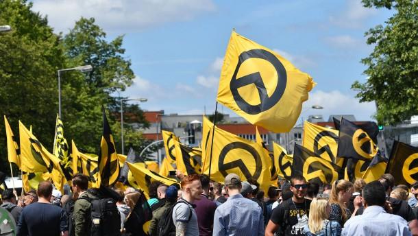 Makabere Protestaktion vor Merkels Büro in Stralsund